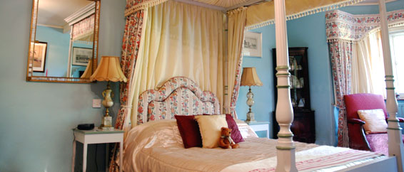 Duckworth Room - Ensuite & four Poster bedroom at Lullington House B&B